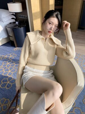 Miyeon – (G)I-DLE Beige Wide Collared Sweater With Zipper (6)