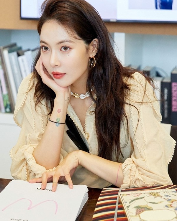 Beige Lace-Trimmed Long Sleeve Blouse   Hyuna