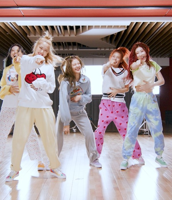 Green and Blue Tie-Dye Pants | Chaeryeong – ITZY
