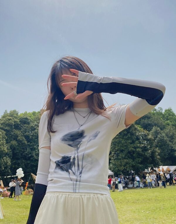 White Rose Print T-Shirt With Arm Sleeves   Yuna – ITZY
